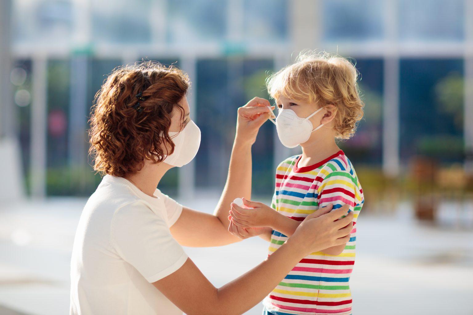 Aprenda a usar máscaras e luvas descartáveis corretamente