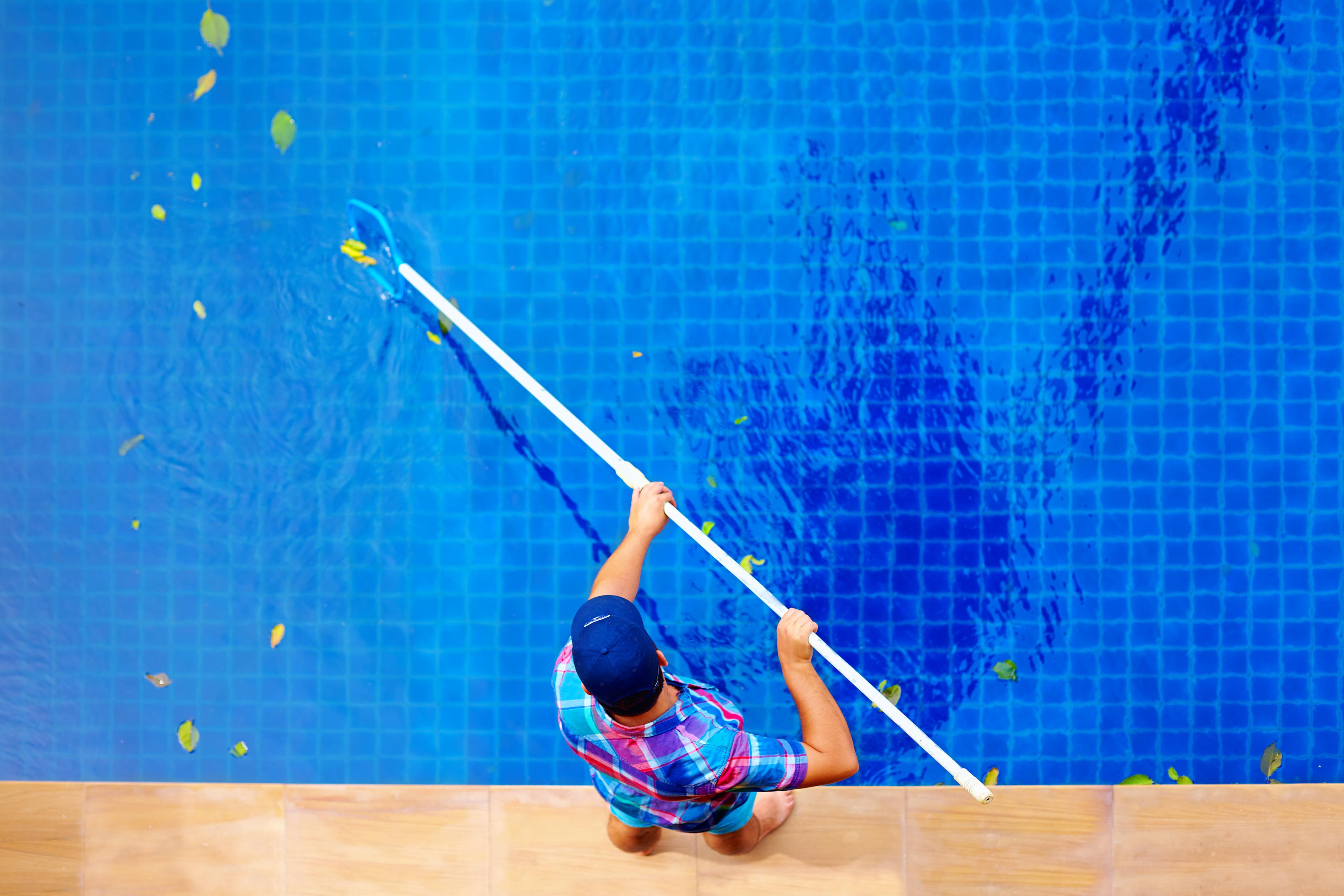 Limpeza de piscina deve ser feita o ano todo! Entenda por quê